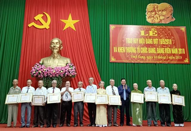 Vĩnh Long Trao Huy hiệu Đảng và khen thưởng tổ chức đảng, đảng viên tiêu biểu